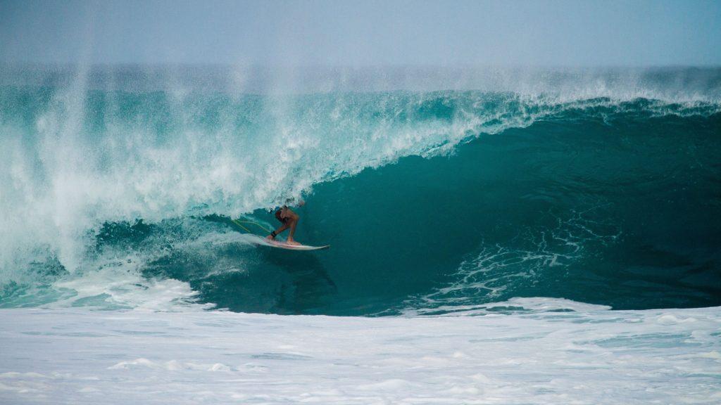 surfuj dzięki cyfrowej transformacji - zdjęcie surfera na fali
