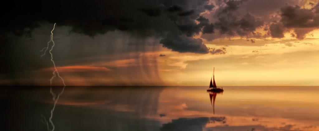 statek oraz burza na morzu